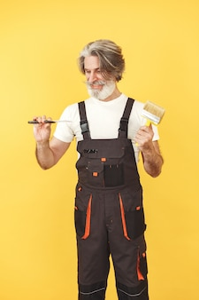 작업 바지에있는 노동자. 도구를 가진 남자. 주걱으로 수석.