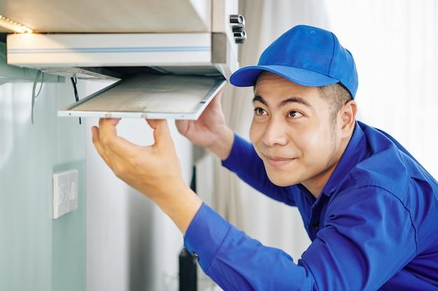 炊飯器フードを取り付ける労働者