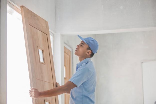 労働者のドアの取り付け