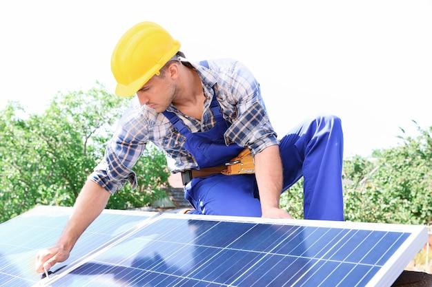 야외에서 태양 전지 패널을 설치하는 작업자