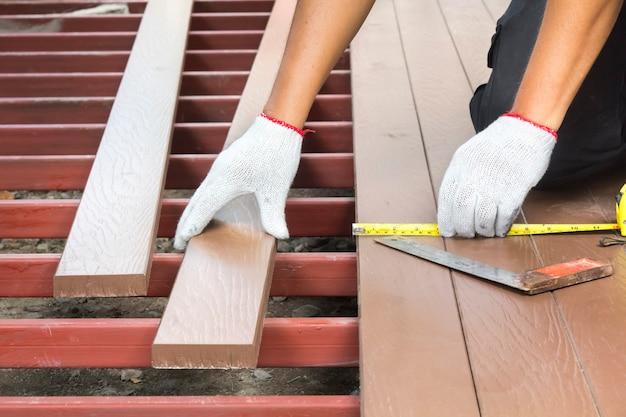 パティオ用の木製の床を設置する労働者