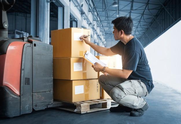 작업자가 포장 상자의 재고 관리를 하고 있습니다. 창고 재고 확인