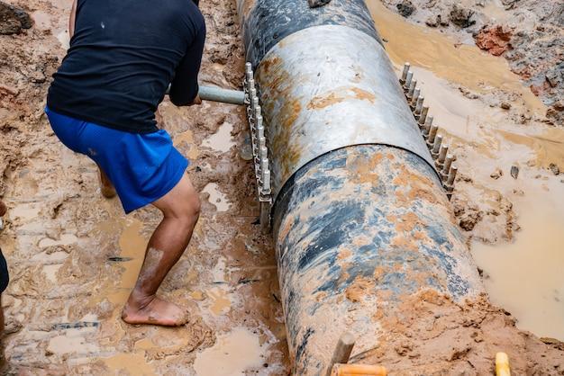 Worker lock cast aluminium cover & pvc plastic water pipe broken