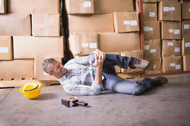 Рабочий лежал на полу на складе
