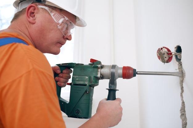 Рабочий делает ремонт в квартире