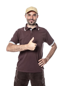 Курьерская доставка человека работника с большим пальцем руки вверх и положительным выражением. изолированные на белом.