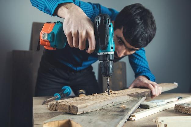 木で労働者の手手電気ドリル