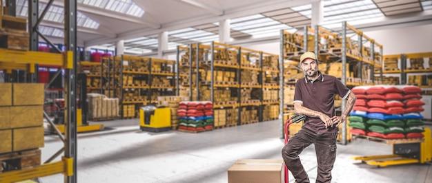 천장 창문, 상품으로 가득 찬 선반 및 팔레트 이동 수단이있는 매우 밝은 산업 창고 내부의 작업자 남자. 3d 렌더링.