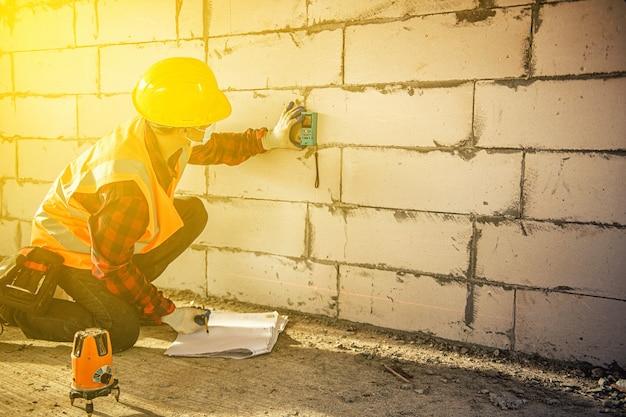 安全ヘルメットを持つ労働者の男建設建築業界