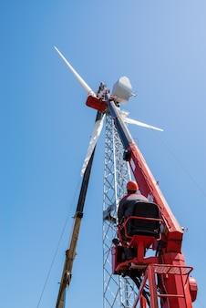 職場での高所作業車の労働者オペレーター風力発電機ロシアの設置