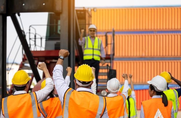屋外での会議を終えた後、労働者の人々が手をたたく、ビジネスマンの成功した多様性グループ、チームの成功