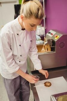 Работник готовит леденец на вощеной бумаге