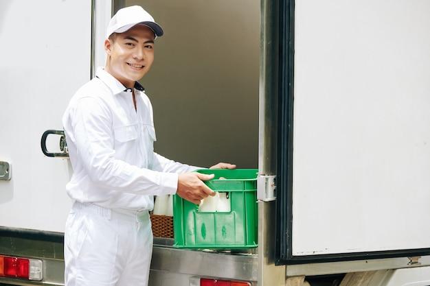 Рабочий готов доставить молоко