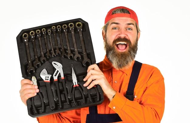 도구 상자를 들고 작업자 수리공 수리공 핸디입니다. 정말 좋은 도구입니다. 핸디 개념입니다. 전문 장비. 도구 상자 이야기. 정비사 도구 상자. 제복을 입은 남자는 도구 상자 흰색 배경을 운반합니다.