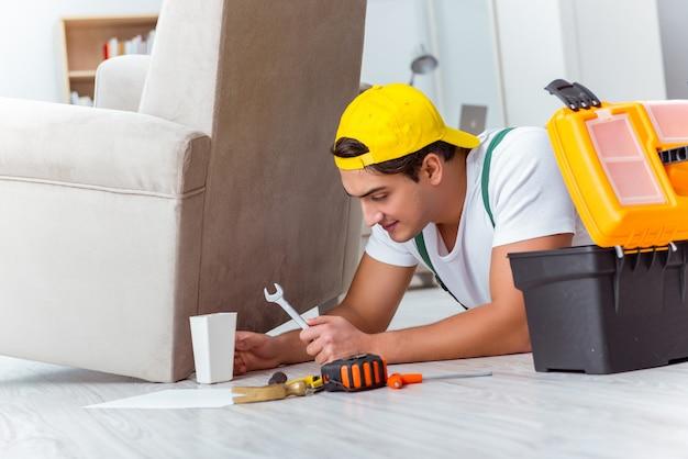 Работник ремонтирует мебель на дому