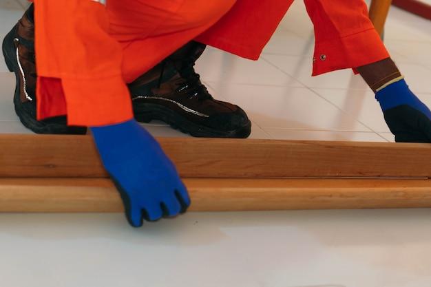 나무를 측정하는 작업자의 손.