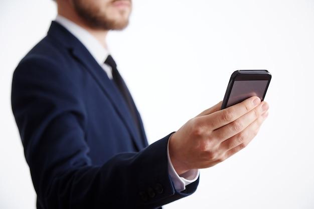 흰 셔츠와 양복 벽을 입고 노동자의 손을 가까이, 비즈니스 개념, 휴대 전화를 들고.
