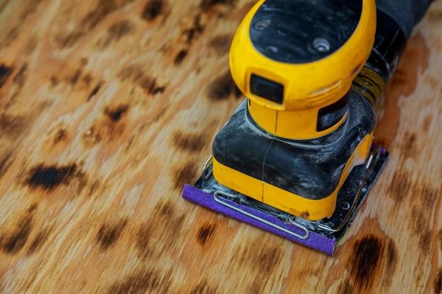 Worker sander to sand wood