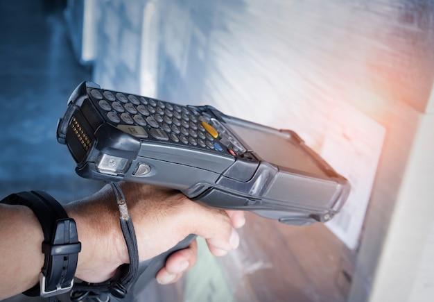 포장 상자가 있는 작업자 스캐닝 바코드 스캐너 재고 관리를 위한 컴퓨터 작업 도구