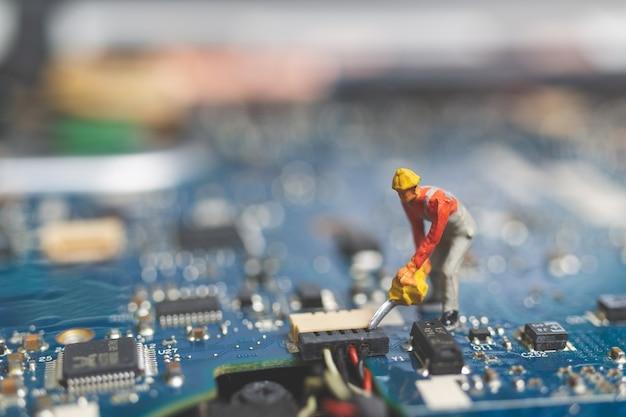 키보드 컴퓨터 노트북을 수리 엔지니어의 작업자 팀