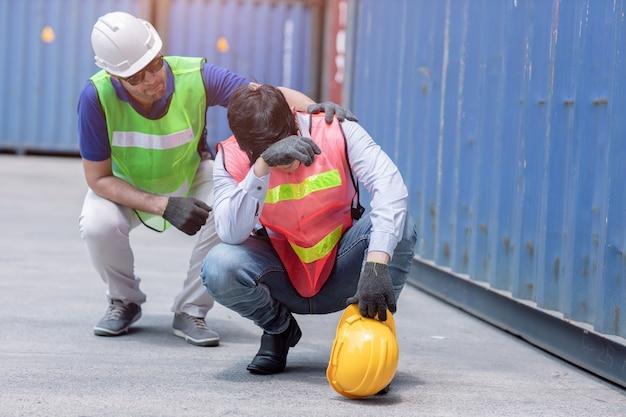 친구 지원과 함께 열심히 일하는 스트레스로 인해 피곤한 작업자.