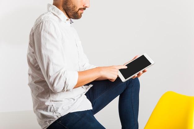 作業者がタブレットの画面に触れる