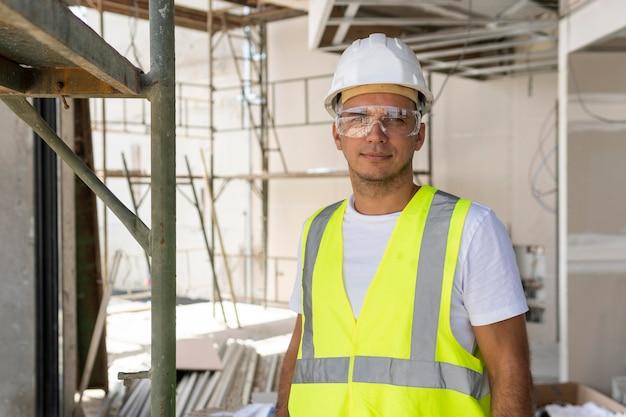 建設現場で安全眼鏡をかけている労働者