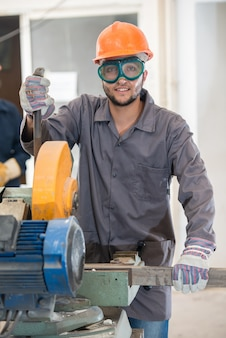 Сварка рабочих в промышленных условиях на заводе