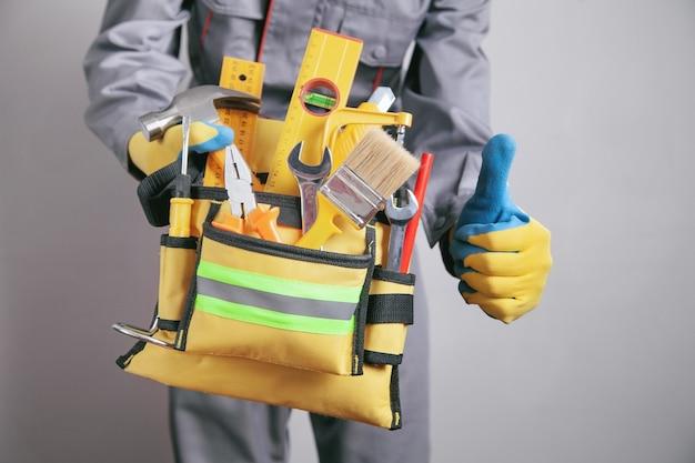 ツールベルトを持った労働者。建設ツール
