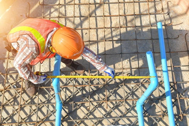 기초 공사를 위한 철선이 있는 작업자, 건설 작업자