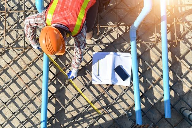 기초 건설을 위한 건설 철선이 있는 작업자, 건설 작업자