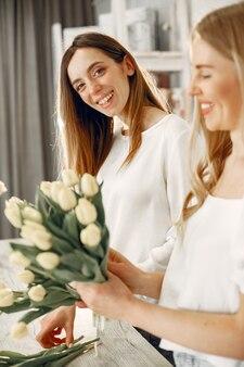 꽃과 노동자입니다. 여성은 꽃다발을 만듭니다.