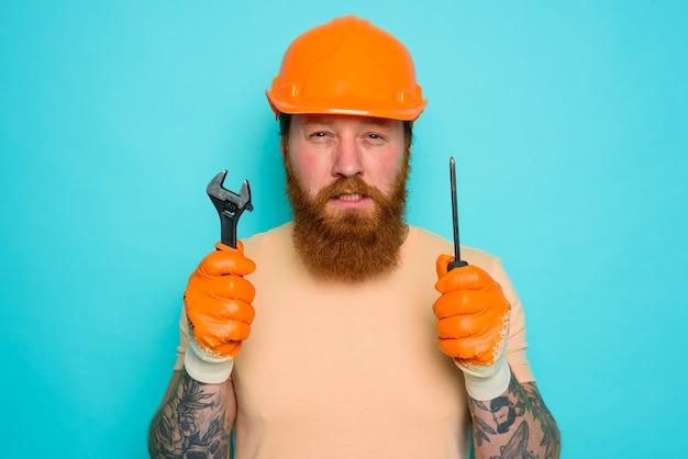 노란색 모자를 쓴 작업자는 자신의 일에 대해 혼란스러워합니다.