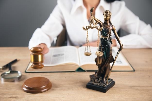 Женщина работника, держащая молоток судьи. адвокатская контора