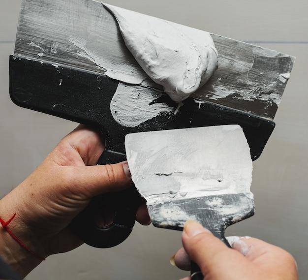 집 안에 벽 석고 도구와 작업자 작업 설명서