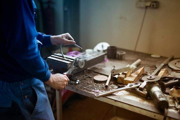 Operaio che lavora in officina di metallo