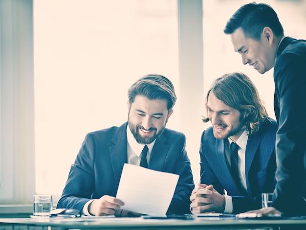 I lavoratori che analizzano un buon rapporto