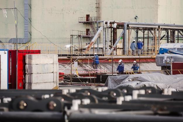 체르노빌 원자력 발전소의 노동자들과 인원들이 4 발전소의 대피소 대상 위에 가동 아치 건설을 완료했습니다.