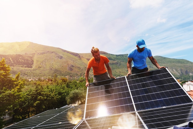 Рабочие собирают энергосистему с солнечной панелью для электричества