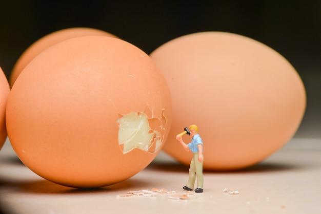 계란을 깨는 노동자