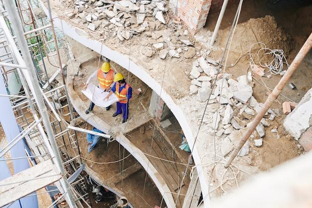 ホテルを建てる労働者
