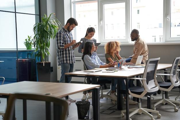 Рабочие вместе проводят мозговой штурм в конференц-зале