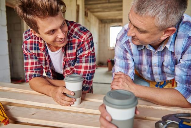 Рабочие немного болтают за чашкой кофе