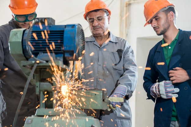 Рабочие на промышленном заводе