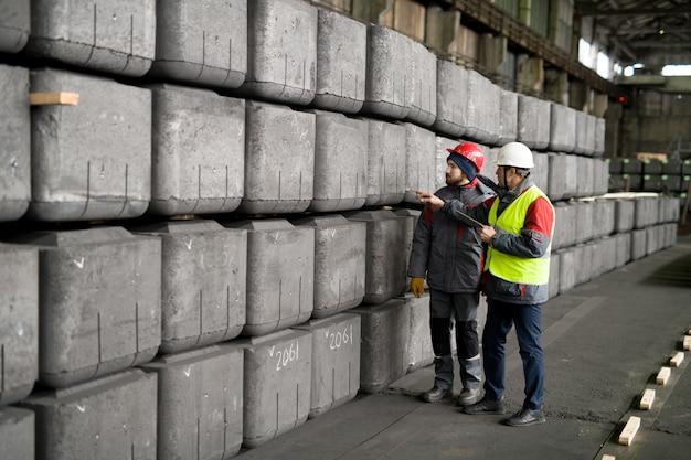 工場で品質を検査する労働者