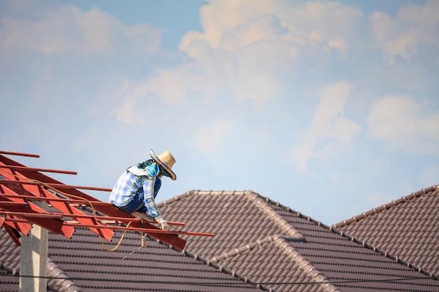 철골 구조를 설치하는 노동자