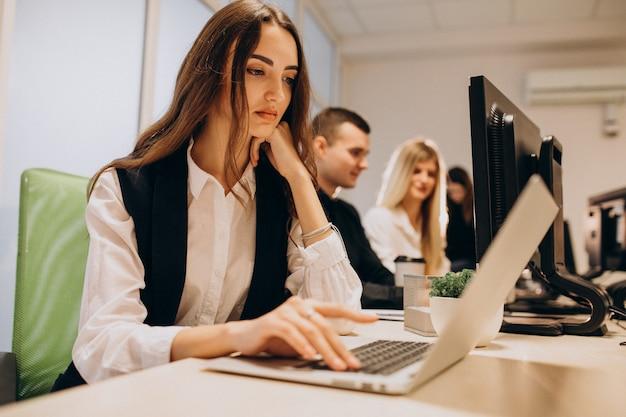 Lavoratori di un'azienda it che lavorano su un computer