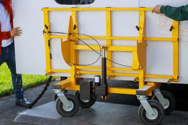 부엌 캐비닛에 메이플 화강암 카운터를 들고 설치하는 근로자
