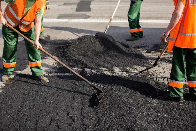 도로 도로 수리 작업 중 아스팔트 포장 기계 작업자