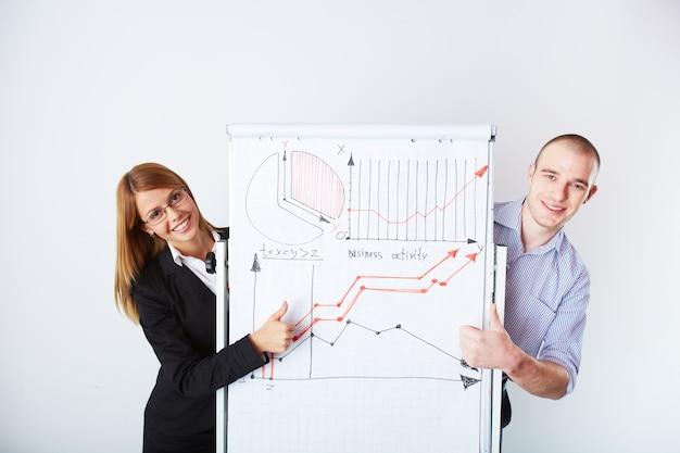 Рабочие, указывающие на увеличение объема продаж